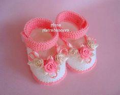 zapatitos para bebe color rosa y blanco, con flores