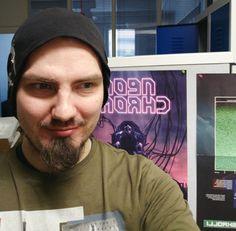 """Olli  Alatalo on pelisuunnittelija ja -ohjelmoija. Paraikaa hän on mukana suunnittelemassa kirjailija H.P. Lovecraftin maailmaan pohjautuvaa peliä """"Tesla vs. Lovecraft""""."""