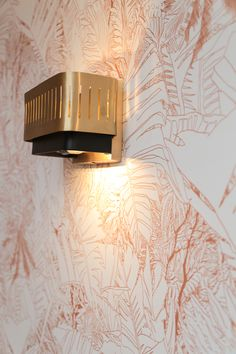 DOISY HOTEL PARIS X PETITE FRITURE  Inspiration : décoration d'intérieur - Papier-peint Jungle - cuivre sur blanc.  Inspiration : interior design - Jungle wallpaper - copper on white.  #petitefriture #interiordesign #decoration #wallpaperdesign #papierpeintjungle Hotel Paris, Jungle Wallpaper, Vase Design, Decoration, Wall Lights, Lighting, Inspiration, Home Decor, Urban