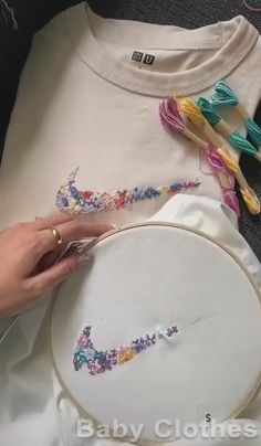 Diy Embroidery Shirt, Simple Embroidery Designs, Embroidery Stitches Tutorial, Embroidery On Clothes, Hand Embroidery Patterns, Hand Embroidery Videos, Machine Embroidery Projects, Embroidery Scissors, Embroidery Fashion