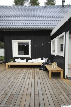Exterior Paint Colors - You want a fresh new look for exterior of your home? Get inspired for your next exterior painting project with our color gallery. wood house ✔ 50 Best Exterior Paint Colors for Your Home Café Exterior, Best Exterior Paint, Design Exterior, Black Exterior, Exterior Paint Colors, Exterior House Colors, Exterior Color Schemes, House Paint Exterior, Modern Exterior