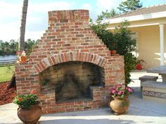 Hottest Photos Brick Fireplace arch Suggestions Fantastic Pictures chicago Brick Fireplace Tips A brick fireplace can be a gorgeous focal point in Outdoor Fireplace Brick, Outside Fireplace, Outdoor Fireplace Designs, Backyard Fireplace, Small Fireplace, Backyard Patio, Brick Fireplaces, Grey Fireplace, Fireplace Bookshelves