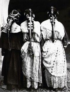 "Africa | ""Femmes harratine de la vallée du Zizà Ksar-Es-Souk"" Errachidia, Haut Atlas, Maroc | ca. 1934 - 1935 | ©Jean Besancenot // PA000153.7"