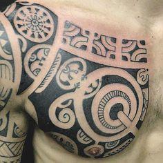 Tatouage dans le Torse d'un Homme affichant plein Motifs from l'Ancien Art Marquisien