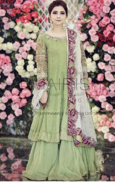 Brides sister at the Mehndi Beautiful Pakistani Dresses, Pakistani Formal Dresses, Shadi Dresses, Pakistani Dress Design, Indian Dresses, Pakistani Suits, Pakistani Fashion Party Wear, Pakistani Wedding Outfits, Bridal Outfits