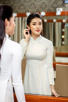See More in Piniterest Vietnamese Traditional Dress, Vietnamese Dress, Traditional Dresses, Vietnamese Clothing, Ao Dai, Vietnam Girl, Beauty Full Girl, Beautiful Asian Women, Asian Woman