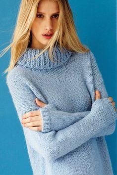 Свитер со спущенным плечом, вязаный спицами для женщин из Vogue 2015 с описанием. Вам потребуются следующие материалы для вязания этого свитера из праздничного выпуска от Vogue 2015. Перевод описания вязания свитера спицами выполнен с английского языка.