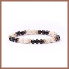 Deze stretch armband in zwart-wit wordt afgewisseld met naturel tinten. De armband is gemaakt van kokos- en glaskralen met 'stone look' en 'drip art'. Door het patroon is deze armband in één maat beschikbaar. De perfecte combi van het lichte van de zomer en de donkere winter voor elke dag. #armband #handgemaakt #kralen #glaskralen #kokos #stonelook #dripart #sieraden #handmade #jewelry #beads #bracelet #ineedibizajewelry Ibiza, Beaded Bracelets, Jewelry, Jewlery, Jewerly, Pearl Bracelets, Schmuck, Jewels, Jewelery
