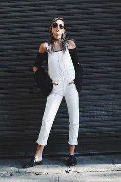 Street style look p&b com macacão branco, blusa preta sapato boyish