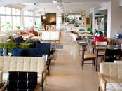 D&DEPARTMENT TOKYO「九品仏」駅をでて右へ。商店街をまっすぐ進み環状八号線のT字路につきあたったら右へ曲がり、5分ほど歩くと右手に田園マンションが見えます。 その1Fと2F。1Fガラスばりのダイニングが目印。 Tokyo, Conference Room, Couch, Chair, Classic, Interior, Table, Furniture, Home Decor