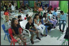 Los niños y niñas muy concentrados viendo los videos sobre medio ambiente. Taller de reciclaje auspiciado por La Nacional en Sambil Santo Domingo 2014.