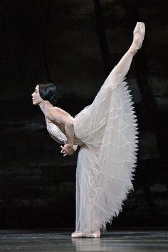 Natalia Osipova (The Royal Ballet) in Giselle. Photo by Dave Morgan ✯ Ballet beautie, sur les pointes ! Ballet Photos, Dance Photos, Dance Pictures, Ballerina Dancing, Ballet Dancers, Ballet Feet, Bolshoi Ballet, Shall We Dance, Just Dance