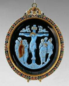 Cameo: Crucifixion of Christ (VS) and Adam and Eve (RS)  Italian, Venice (?), Paris,  Editing: late 13th Century (VS); 3.V.16. Century (RS) version: about 1570  Sardonyx, three layers, brown, white, brown  Frame: Gold, enameled