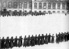 op deze foto zie je paleiswachters op burgers schoten, die bij het Winterpaleis van Nicolaas II demonstreerde. Het gevolg van deze Bloedige Zondag (januari 1905) was dat er heel veel stakingen kwamen.