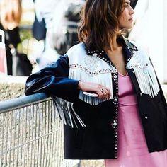 Näin huolettoman näköisesti voi kantaa tällaista asua Pariisin muotiviikolla  (kun kyseessä on @alexachung  tietenkin lopputulos on täydellinen)  rp @nyavgjoe #ellefinland #alexachung  via ELLE FINLAND MAGAZINE OFFICIAL INSTAGRAM - Fashion Campaigns  Haute Couture  Advertising  Editorial Photography  Magazine Cover Designs  Supermodels  Runway Models