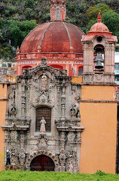 La construcción de esta iglesia se debe a los frailes franciscanos descalzos o menores.La hermosa portada del templo tiene finos tallados en cantera rosa. Vive un #BestDay en #Guanajuato #OjalaEstuvierasAqui