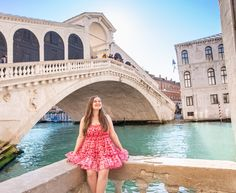 Venedig ist immer eine Reise wert! Der Charme der Stadt kommt jetzt so richtig zum Vorschein, da die Touristenmassen sich noch in Grenzen halten und somit alles sein ganz eigenes Flair behält. Zwar hört man auch jetzt überall Deutsch, Französisch und Englisch, aber Italienisch überwiegt eindeutig. Für unsere erste Autoreise nach Venedig haben wir im… Der Beitrag Travelguide Venedig   Beautiful Places to be + Karte und Secrets erschien zuerst auf Pipifein. Louvre, Building, Travel, Beautiful, Glamour, Spiral Staircases, Shopping Mall, Viajes, Buildings