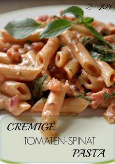 Diese cremige Tomaten Spinat Pasta habe ich in unter 20 Minuten gekocht. Geht echt schnell und einfach. Dazu noch ein vegetarisches Nudelgericht und gesund.