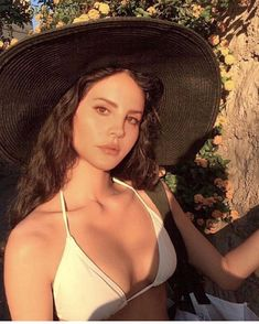 lana del rey aesthetic Lana Del Rey on Vacation Whats your favorite vacation destination? I absolutely adore Cancn or Punta Cana Im gong there next month! Elizabeth Woolridge Grant, Elizabeth Grant, Pretty People, Beautiful People, Beautiful Women, Indie, Make Up Glow, Lana Del Ray, Lana Rey
