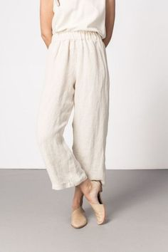 elegant loose casual pure color wide leg pants to look more stylish 1 Easy Style, Style Casual, Slow Fashion, Ethical Fashion, Looks Instagram, Loose Shorts, Loose Pants Outfit Summer, Linen Pants Outfit, Looks Style