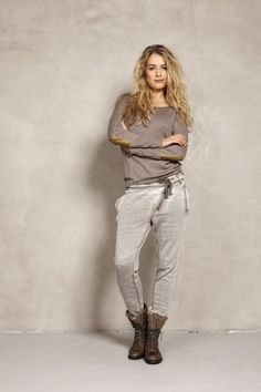 12 Sweatpants Outfits That Aren't Just For Lounging - These sweatpants outfits are perfect for lounging around in, but also for looking totally cute! Here are some of the best sweatpant looks! Sweatpants Outfit, Lounge Outfit, Lounge Wear, Comfy Outfit, Fall Outfits, Casual Outfits, Cute Outfits, Love Fashion, Winter Fashion
