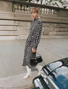 Zara heads to the Upper East Side, New York, for a recent fall-winter 2019 trend guide. Starring model Edie Campbell, a fashion shoot called 'Keep It Uptown'… Lauren Hutton, Moda Zara, Edie Campbell, Zara Mode, Zara Home Stores, Zara New, Zara Fashion, Check Dress, Autumn Street Style