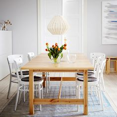 Mesa de refeição extensível NORDEN em bétula maciça para 8-10 pessoas com cadeiras brancas IDOL