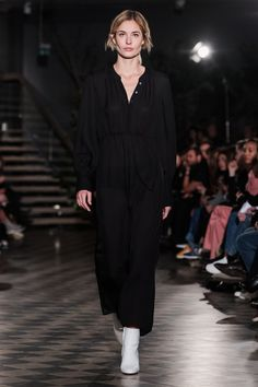 ABOUT Built on Scandinavian simplicity, Filippa K is a fashion brand designing essential wardrobe pieces for women and men, including shoes, bags and accessories. Founded in Filippa K quickly… Fashion 2018, Fashion Show, Fashion Design, Stockholm Fashion Week, Satin Slip, Silk Dress, Chic Outfits, Catwalk, Ready To Wear