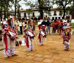 """En muchas partes del país se ejecutan danzas de Hueues, Huehuenches y otras modalidades que derivan de los que antiguamente se dedicaban al Dios Viejo, Dio del Fuego y del Año, Huehuetéotl. De éstas, la más conocida es la del """"Los Viejitos"""" del grupo Tarasco o purépecha que ocupa la región lacustre de Michoacán, con centro en el Lago de Pátzcuaro, y en la Sierra alrededor de Uruapan."""