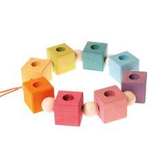 Für den Geburtstagstisch sind die Geburtstagswürfel zum fädeln von Grimm's ein ganz besonders schöner Schmuck. Die Elemente können einzeln, in einer Reihe, im Bogen oder auch in Schlangenlinien aufgestellt werden. Figurenstecker, Kerzen oder Zahlen können als Dekoration verwendet werden. Inhalt: 8 Würfel zum fädeln mit jeweils einem Deko-Loch, 8 Holzkugeln zum fädeln Material: Lindenholz farblich