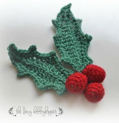 The Lazy Hobbyhopper: Crochet Christmas Wreath - free pattern MásHolly Leaves & Berries~ Last year I shared my Christmas Tree pattern with you which was a huge success. For this Christmas it's going to be a beautiful wrea. Crochet Christmas Wreath, Crochet Wreath, Crochet Christmas Decorations, Christmas Tree Pattern, Christmas Applique, Crochet Ornaments, Crochet Decoration, Christmas Crochet Patterns, Holiday Crochet