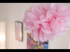 Fabriquer des pompons en papier de soie, voici une idée peu coûteuse et facile à réaliser pour décorer une pièce à l'occasion d'un événement .  #DIY #Pompon #Fleur #Déco #Mariage #Baptême #Anniversaire #Babyshower