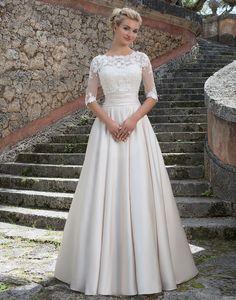 Bezauberndes Brautkleid besticht durch die Stickerei im oberen Teil und der wunderschön schlicht fallende Rock-Teil.