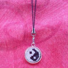 "Breloque ""yin yang"" , broderie point de croix"