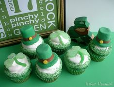 St. Patty's Cupcakes - ADORABLE!  There is a video tutorial on how to make these adorable hats and shamrocks :D