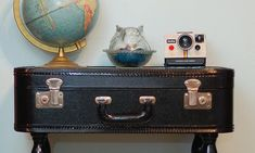 Vintage suitcases have great character but often look a bit worse-for-wear. This page offers craft ideas and inspiration for upcycling old suitcases and turning them into amazing new creations. Attic House, Attic Rooms, Attic Spaces, Attic Floor, Attic Apartment, Attic Bathroom, Apartment Living, Apartment Ideas, Attic Organization