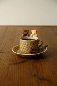 """""""カップのふち""""にちょこんとかけられたキュートなクッキー♡ 今、お菓子作り好きの間でちょっとしたブームになっているそうです。 SNSやブログで話題沸騰の「ふちクッキー」 """"カップのフチ""""にちょこんとかけて、飲み物と一緒に食べられる「カップのふちクッキー」。 「おいしくてカワイイ♡」と、お菓子作り好きの間でブ"""