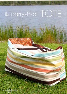 The Carry It All Reversible Tote Bag - FREE Tutorial - Sew Modern Bags FREE extra large tote bag sewing pattern. A step by step photo tutorial for how to sew this large beach bag. Bag Sewing Pattern, Bag Patterns To Sew, Tote Pattern, Sewing Patterns, Wallet Pattern, Easy Sewing Projects, Sewing Projects For Beginners, Sewing Tutorials, Beach Bag Tutorials