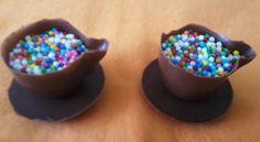 Mini xícara de chocolate, com píres, recheada de brigadeiro de sabores variados.
