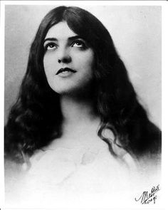 Virginia Rappe - actress and model who suffered some sort of trauma, fell ill, and shortly afterward died. Article about the actress death and her involvement with Roscoe 'Fatty' Arbuckle manslaughter trial and William Desmond Taylor. Old Hollywood Glamour, Vintage Hollywood, Classic Hollywood, Silent Screen Stars, Hollywood Forever Cemetery, Old Movie Stars, Silent Film, Vintage Beauty, Celebrity Pictures