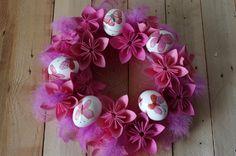 Růžový velikonoční věnec - Tento velikonoční věnec je ozdobený skořápkami a růžovým peřím. Znovu jsme použili květiny z papíru a vše je přilepeno tavnou pistolí.  ( DIY, Hobby, Crafts, Homemade, Handmade, Creative, Ideas, Handy hands)