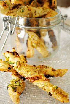 grissini di pasta sfoglia con pesto di pomodori secchi e pistacchi