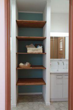 予め設けた収納は、後にタンスなどを購入する必要が無いのでスッキリまとまります。#収納#片付け上手 Shoe Room, Hallway Storage, Home Renovation, Diy And Crafts, Bookcase, Ikea, Shelves, Home Decor, Houses