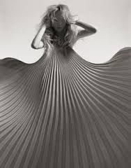 A black and white fashion portrait by Kutlu featuring sweeping shapes. Color Photography, Editorial Photography, Fashion Photography, Pleated Fabric, Photo Black, Fabric Manipulation, Issey Miyake, White Fashion, Women's Fashion