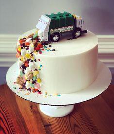 Pimp your Cake - assez simple et tellement agréable! - Littleyears - cake for boys Dump Truck Cakes, Truck Birthday Cakes, 4th Birthday, Drip Cakes, Cupcakes, Cupcake Cakes, Garbage Truck Party, Cakes For Boys, Boy Cakes