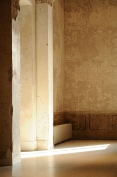 Light falling into one of the exhibition rooms inside the Neues Museum in Berlin. Photo by Aino3.