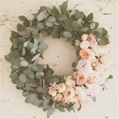 Eukalyptus und Pfingstrosen Eucalyptus and peonies Wedding Wreaths, Wedding Flowers, Wedding Decorations, Decor Wedding, Blush Pink Christmas Decorations, Floral Decorations, Deco Floral, Arte Floral, Holiday Wreaths