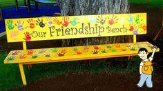 Decora los bancos del colegio con colores alegres y mensajes para los alumnos.