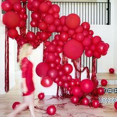 haunted movie house red balloon installation on staircase with blurry movoing woman Rainbow Balloons, White Balloons, Red Balloon, Balloon Garland, Balloon Shades, Balloon Ideas, Halloween Dinner, Halloween Entertaining, Chic Halloween