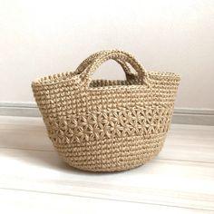 《受注製作》リフ編み 麻ひもバッグ カゴバッグ | ハンドメイドマーケット minne Crochet Clutch, Denim Bag, Clutch Purse, Straw Bag, Purses And Bags, Diy And Crafts, Wallet, Knitting, Mini